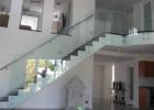 Сегодня ограждения лестниц из стекла уже никого не удивляют, а что можно придумать еще?