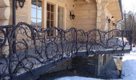 Кованые изделия в оформлении загородного дома